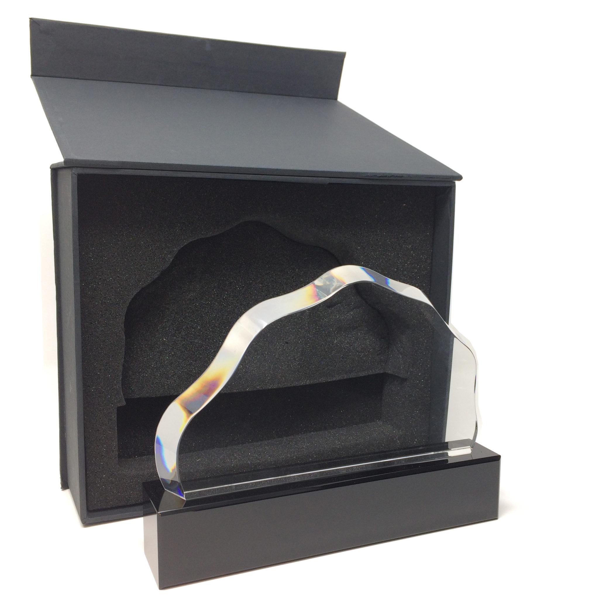 Trophée en verre en forme de nuage sur socle noir