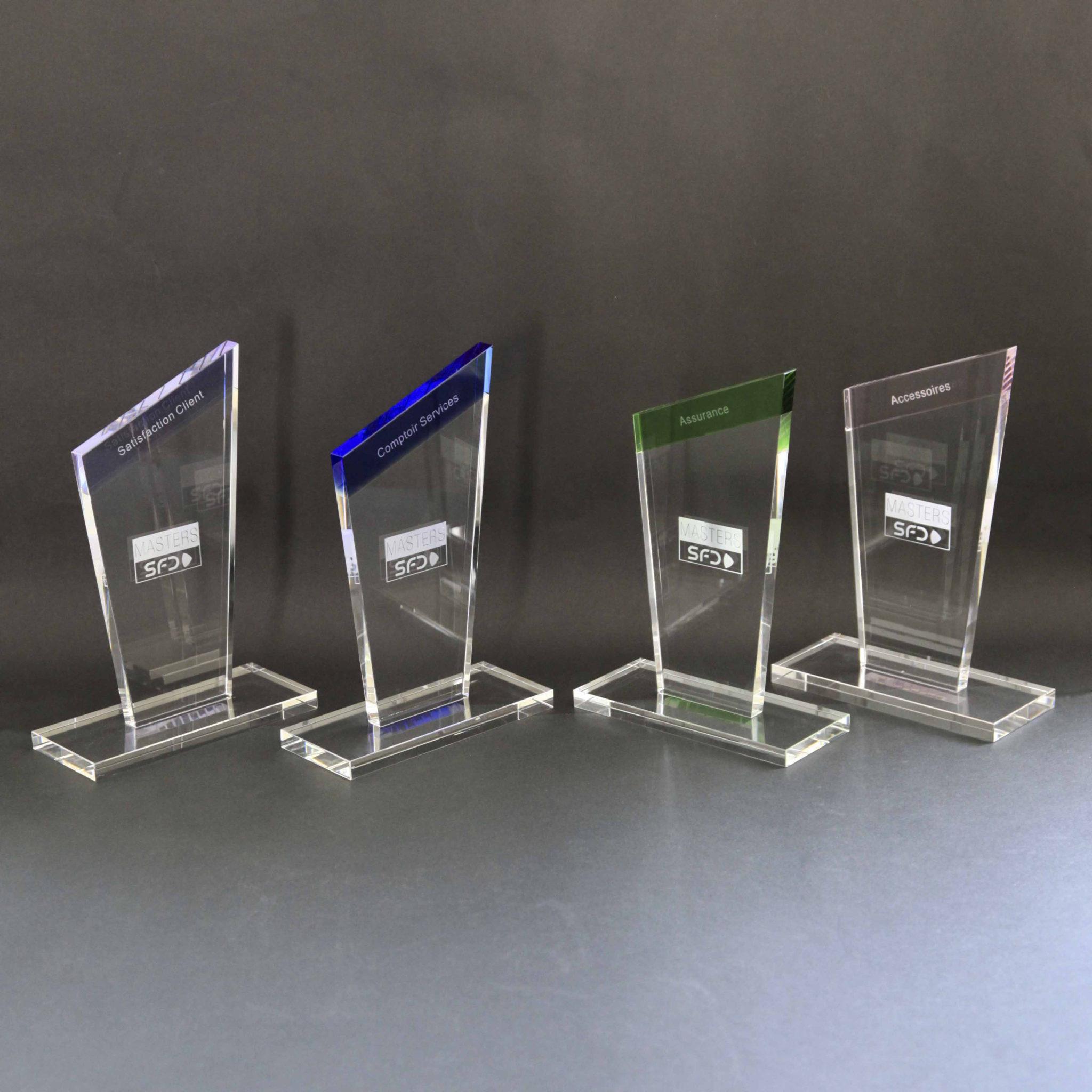 découvrez des trophées uniques en verre coloré et gravure