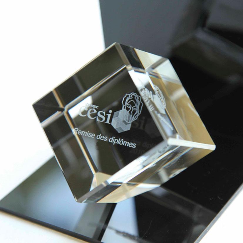 Presse-papier cube en verre à pan coupé avec une gravure 3D