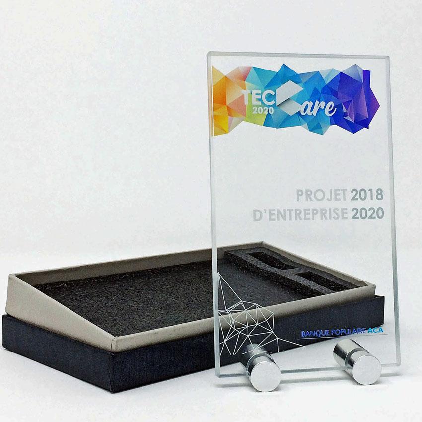 trophée plaque en verre avec des pieds en métal personnalisé avec une impression en couleur
