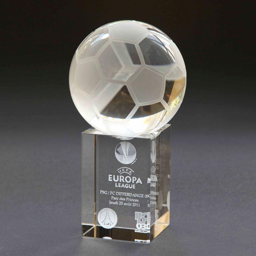 Trophée avec une balle de foot sur socle, plusieurs dimensions sont disponible
