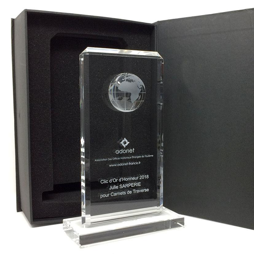 Trophée plaque avec une demi globe intégrée